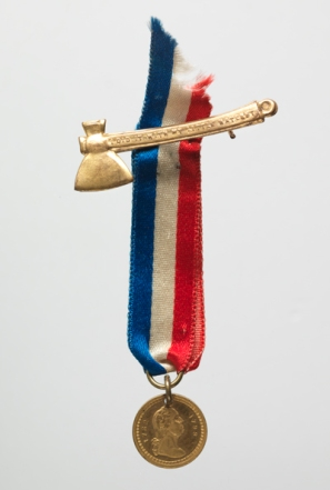 """""""I did it with my little hatchet,"""" souvenir pin (Virginia Historical Society, Accession number: 2002.470.138)"""